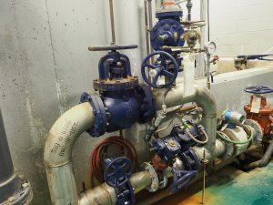 L'eau arrive par ce système de tuyaux et de soupapes, qui a pour fonction de stabiliser la pression de l'eau. L'eau arrivant d'un lac situé sur les hauteurs de la municipalité, nous n'avons pas besoin de pompes. Idem pour la distribution de l'eau dans le village, qui se fait par simple gravité.